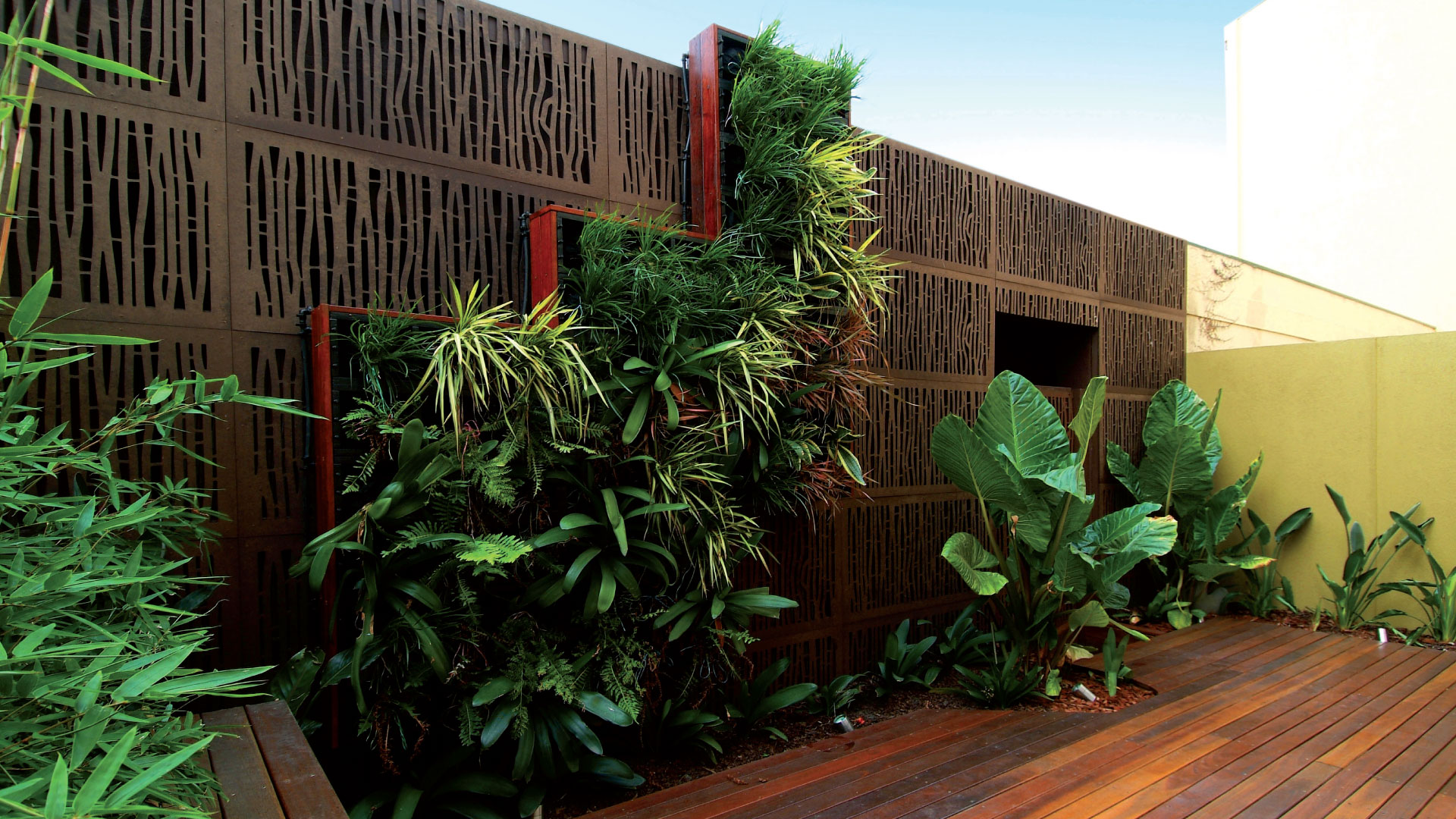 BUNGALOW 80% with vertical garden and deck